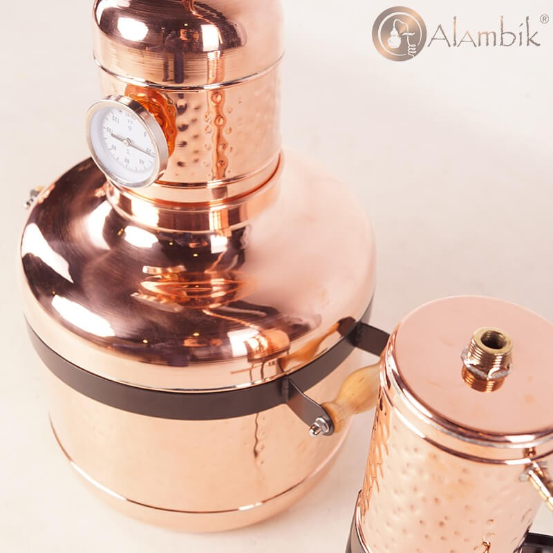 Медный дистиллятор Аламбик, украинского производства. Фотка вид с боку.
