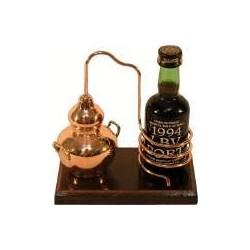 Миниатюрный аламбик с бутылкодержателем на деревянной подставке.